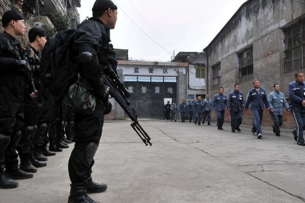 Китайских чиновников водят на экскурсии в тюрьмы к осужденным за коррупцию коллегам