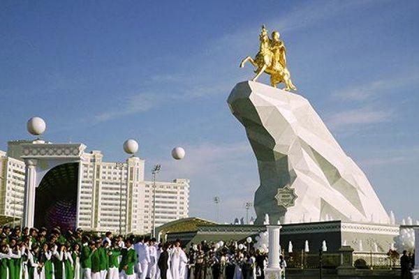 В Ашхабаде «по просьбам граждан» установили позолоченный памятник президенту Туркмении