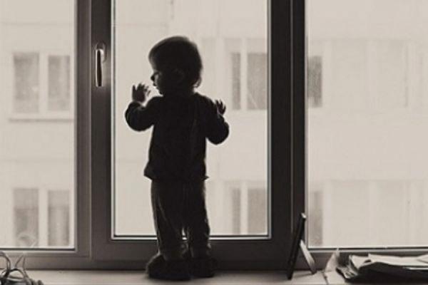 В Твери из окна 10-го этажа выпали двое детей, погиб семилетний мальчик
