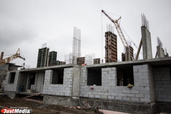 В Екатеринбурге принудительно сносят незаконный многоквартирник на Озерной