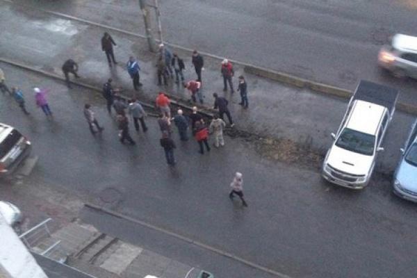 В Екатеринбурге автомобилисты вырыли бордюры, чтобы парковаться на тротуаре