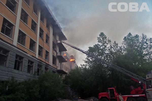 В Зеленой роще горела заброшенная больница. ФОТО
