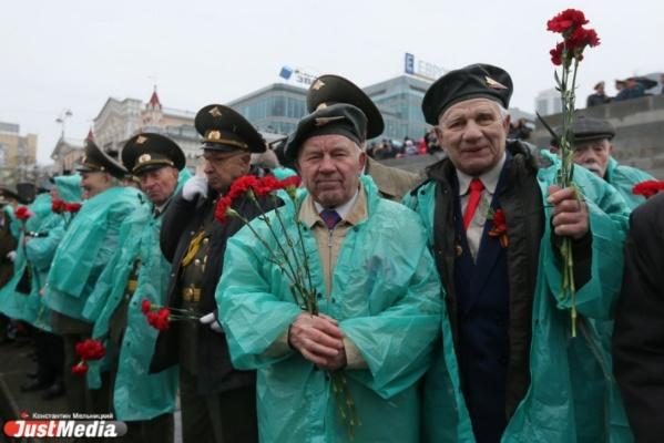 «Я был очень растроган вниманием». Ветераны Екатеринбурга поделились впечатлениями от поездки в Москву за Вечным огнем