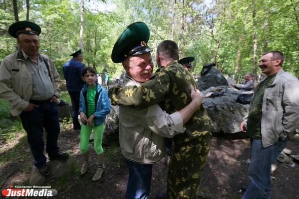 В Екатеринбурге празднуют День пограничника. ВИПы поздравляют сослуживцев, простой народ «накрыл поляны» в парке Маяковского
