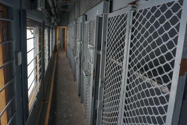 Пятнадцать заключенных вскрыли себе вены в спецпоезде Вологда — Карелия