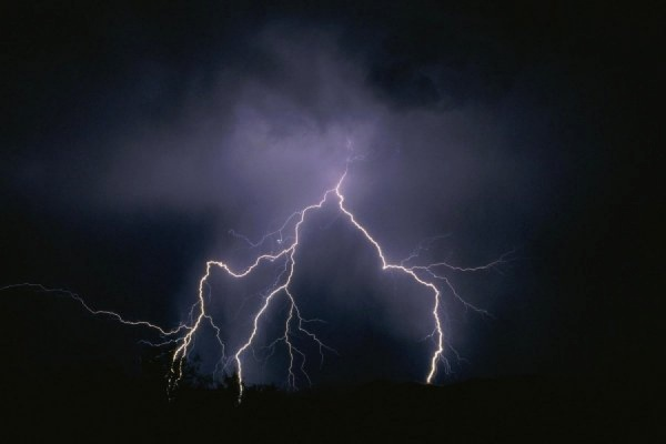 Рядом с группой российских туристов на Крите ударили молния