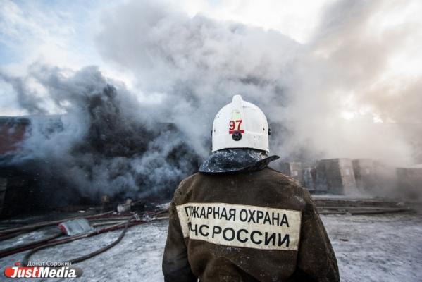 В Екатеринбурге сегодня ночью горели офисник и ангар