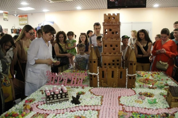 Уральские кулинары построили гигантский замок и фонтан из драже