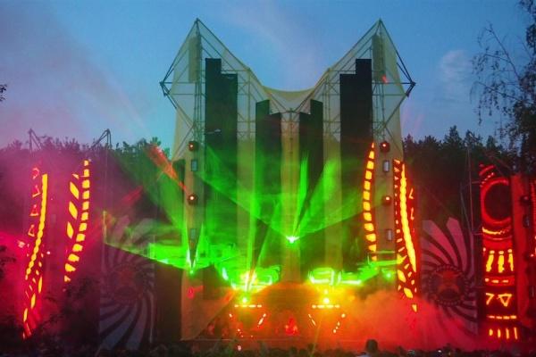 Дымовые пушки, незабываемые треки и мощные диджеи. В Заречном открыли сезон летних музыкальных фестивалей под открытым небом