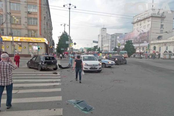 В центре Екатеринбурга нарушитель в час пик парализовал движение, устроив ДТП с двумя автомобилями. ФОТО