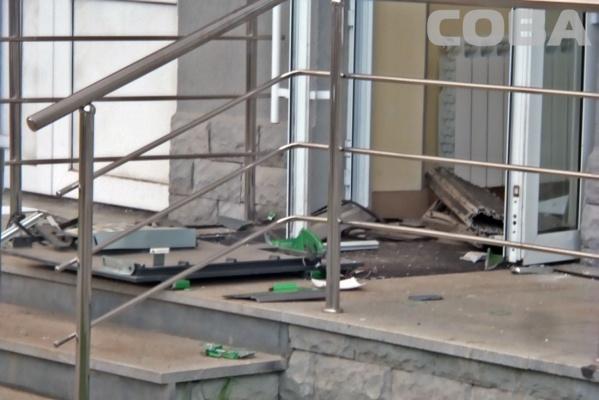 В Верхней Пышме налетчик вынес из Сбербанка 2,5 миллиона и взорвал банкомат с деньгами