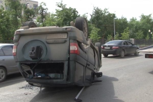 Два автомобиля не поделили перекресток в центре Екатеринбурга