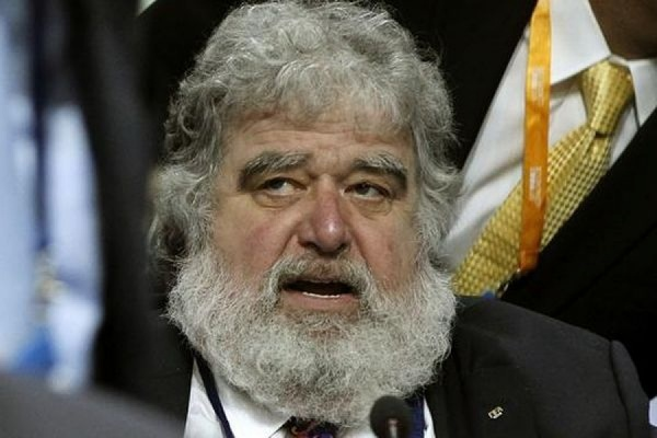 Экс-чиновник ФИФА Чак Блейзер признался, что он и другие члены исполкома брали взятки