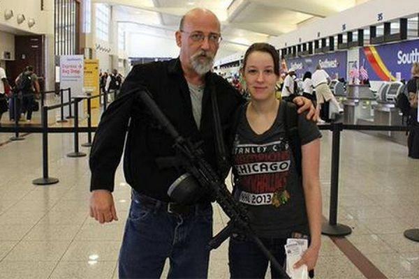 В США мужчина пришёл встречать дочь в аэропорт Атланты с заряженной винтовкой