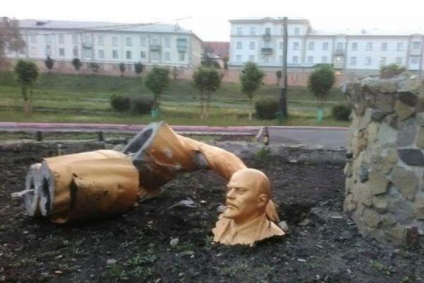 В Кемеровской области пьяный мужчина сломал памятник Ленину, пытаясь сделать селфи