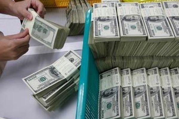 Курс доллара при открытии торгов на Московской бирже взлетел до 55 рублей