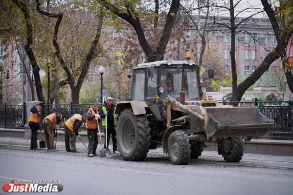 Власти Екатеринбурга не стали дожидаться, пока область расщедрится на субсидии, и начали ремонт дорог за свой счет