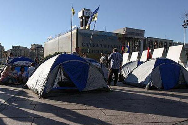 Неизвестные в масках уничтожили палаточный лагерь на Майдане в Киеве