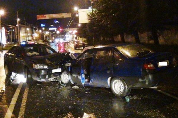 В Екатеринбурге пьяный водитель иномарки спровоцировал ДТП, в котором два человека получили серьезные травмы