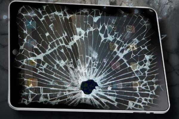 Житель Петербурга погиб при попытке съесть части разбитого планшета