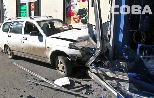 На Куйбышева пьяный водитель Lada Priora влетел в витрину магазина, едва не сбив женщину с ребенком