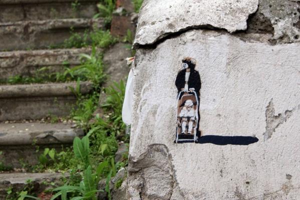 Екатеринбуржец Слава PTRK разрисовал «рисунками-малышами» улицы Владивостока