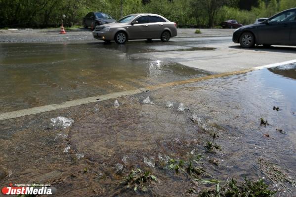 На Вторчермете потоп: затопило дорогу и трамвайные рельсы