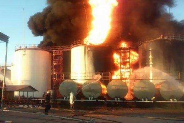 На горящей нефтебазе под Киевом прогремел очередной взрыв