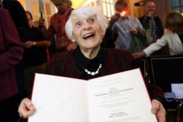 Жительница Берлина получила степень доктора медицинских наук в 102 года