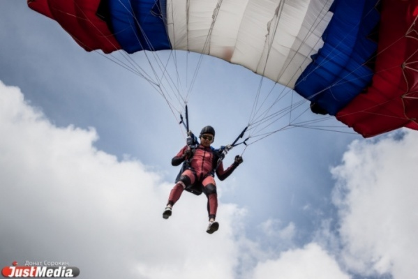 В День России в центре Екатеринбурга десантируются парашютисты