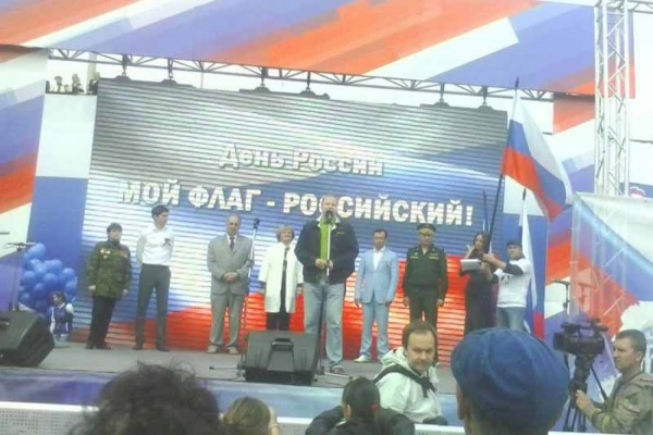 ЧП на праздновании Дня России в Екатеринбурге. Куйвашев читал речь перед валяющимся государственным флагом