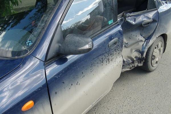 В Екатеринбурге авто-леди на «Шевроле» протаранила мотоциклиста