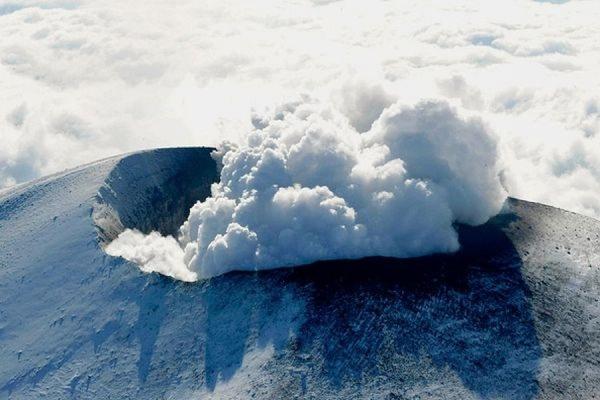 Японский вулкан Асама, расположенный в 140 километрах от Токио, выбросил пепел