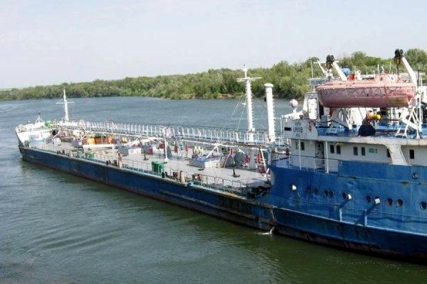 На реке Енисей получил пробоину нефтеналивной танкер