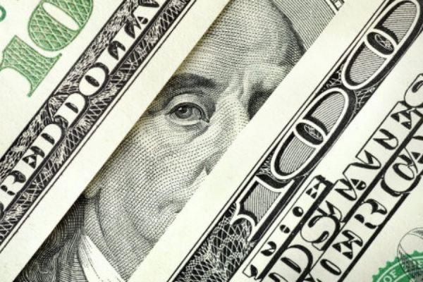 Официальный курс доллара опустился до 54 рублей