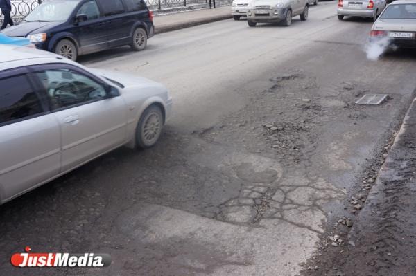 Свердловский депутат пригласил мэра Ирбита прокатиться на автобусе по разбитым дорогам