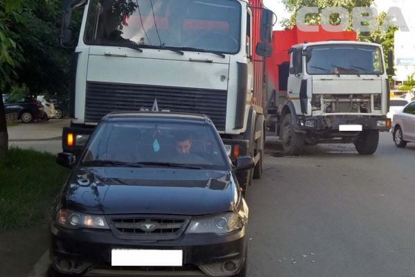 ДТП с участием двух мусоровозов произошло сегодня утром на Репина