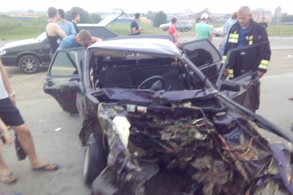 На автодороге Екатеринбурга оторванный двигатель легковушки влетел в иномарку