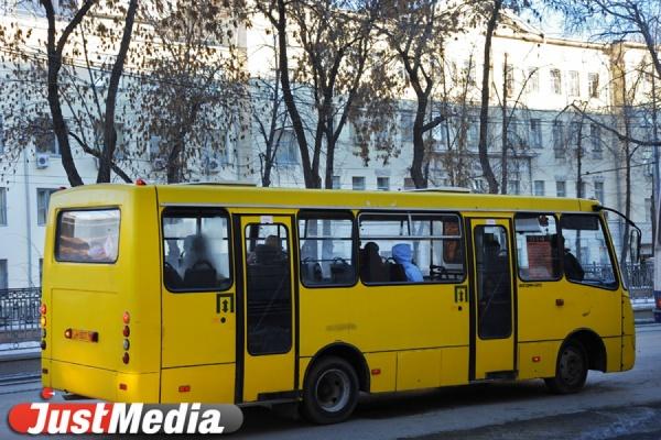 На перекрестке Малышева-Гагарина легковушка врезалась в автобус