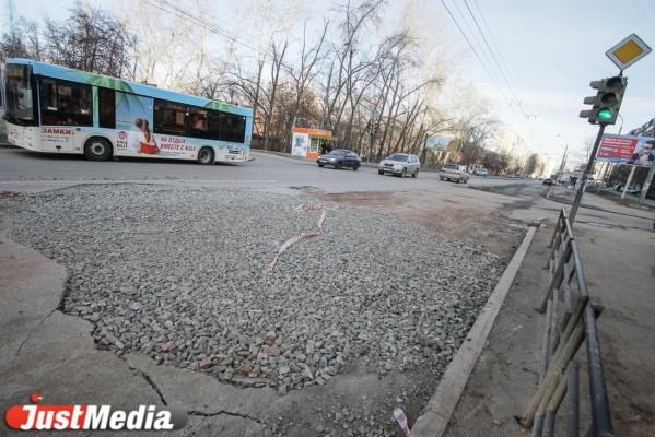 В Екатеринбурге из-за неубранных с проезжей части камней пострадал пешеход