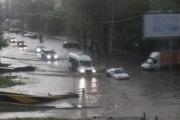 «Ужас, у машин скрывает колеса». Сильные дожди превратили центр Екатеринбурга в реку. ФОТО