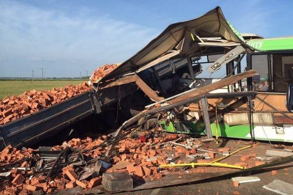 Под Омском грузовик столкнулся с автобусом, 15 человек погибли