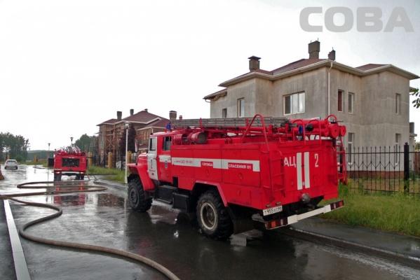 В коттеджном поселке вблизи Екатеринбурга из-за ударившей молнии загорелся дом