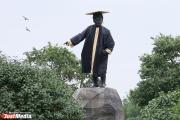 Памятник Свердлову нарядили в костюм выпускника, Киров — следующий
