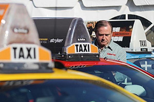Парижские таксисты парализовали движение в столице Франции