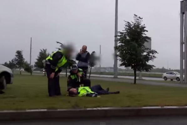 На выезде из аэропорта Кольцово «крузак» влетел в  такси и сбил сотрудника ГИБДД. ВИДЕО