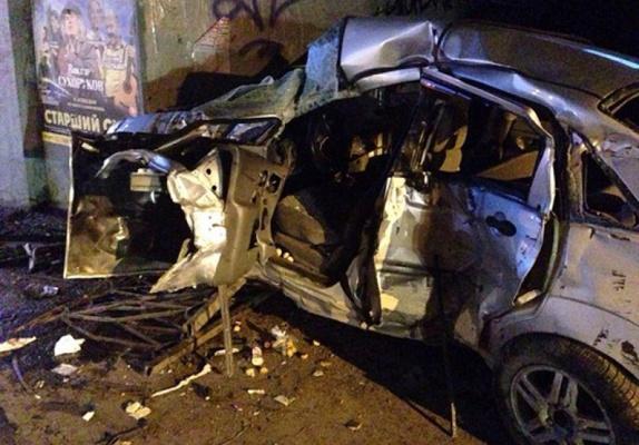 «Машина всмятку». В Екатеринбурге ночью иномарка снесла ограждение и влетела в опору моста на Ленина