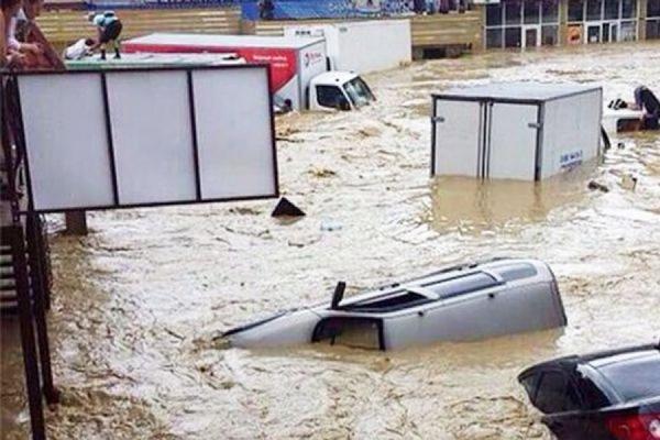 В Сочи из затопленных автомобилей и домов спасли более тысячи человек