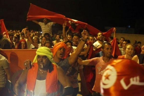 Жители Туниса вышли на демонстрацию против терроризма