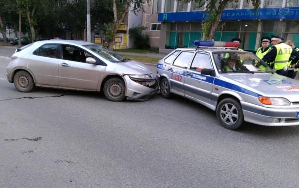 В Екатеринбурге бесправный водитель иномарки влетел в стоящую патрульную машину